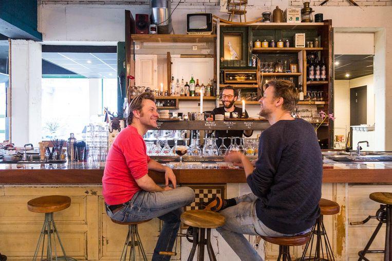 Mooie verhalen hoor je aan de bar Beeld Tammy van Nerum