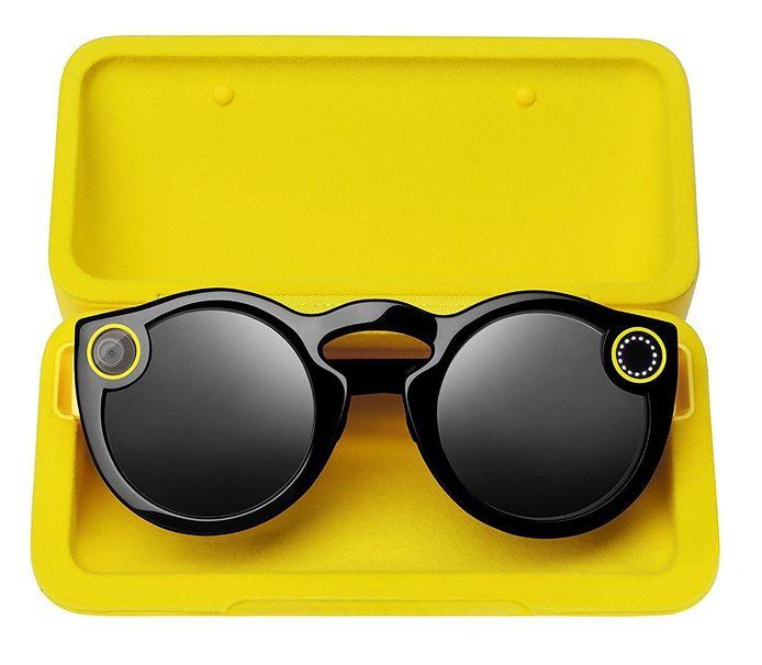 De eerste Spectacles. De gele cirkels op het montuur zijn nu weg. De nieuwe bril is ook veel fijner en lichter dan zijn voorganger.