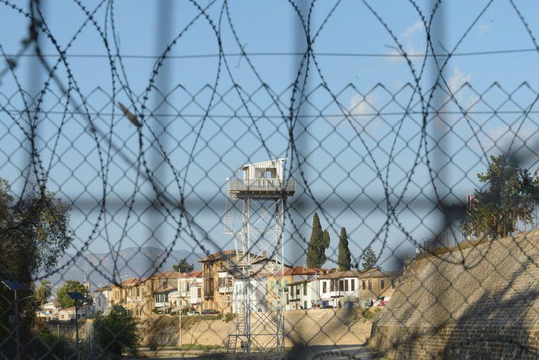 Een VN-wachttoren in de bufferzone in Nicosia. Beeld Marcos Andronicou