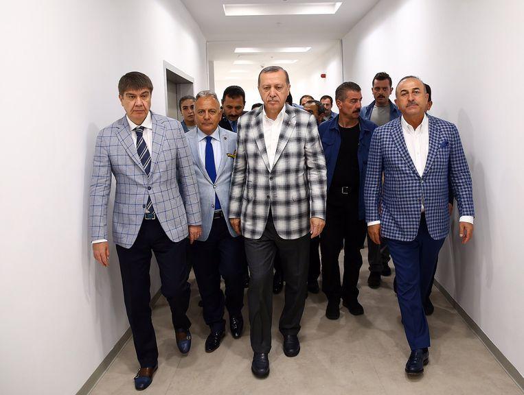Ruit, ruiter, ruitst: Erdogan hijst zich niet alleen zelf in geruite jasjes, ook zijn naaste volgelingen moeten eraan geloven. Het beeld is een hit op Twitter. Beeld Twitter