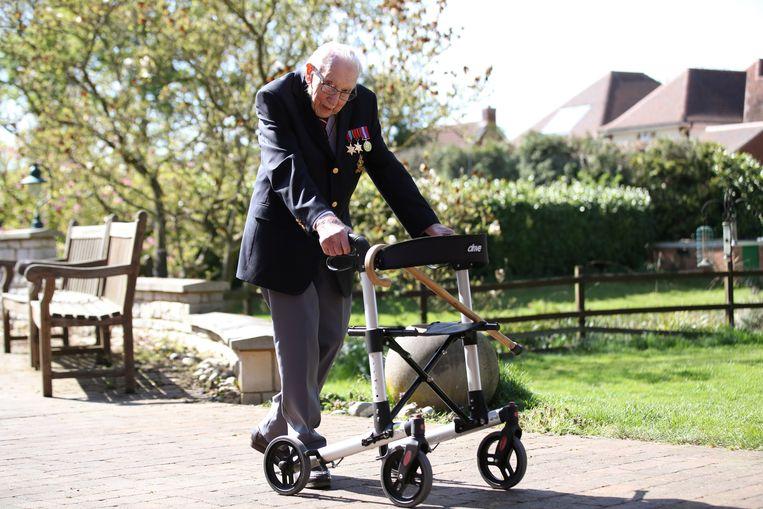 Oorlogsveteraan Tom Moore (99) tijdens de sponsorloop in zijn tuin.  Beeld REUTERS