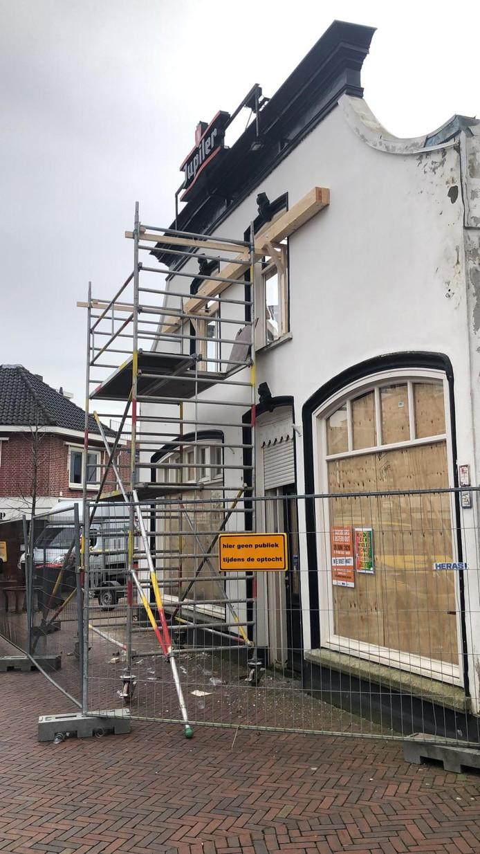 Voor de veiligheid is de gevel van café de Kloek verstevigd. Er wordt dit weekeinde een stevige windkracht verwacht en de optocht komt zondag over de Leijsenhoek.