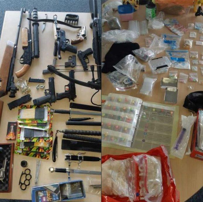 Een compleet arsenaal aan wapens (links) en een complete apotheek aan drugs en andere verdovende middelen (rechts) werden bij een man (26) uit Sint Anthonis gevonden.