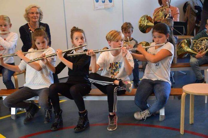 Via het project Muziekids laat harmonie Sint Cecilia Eensgezindheid uit Halsteren leerlingen van basisscholen kennismaken met het bespelen van een instrument.