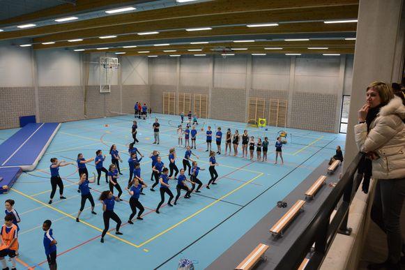 Afgelopen weekend mochten de leerlingen al een staaltje van hun kunnen demonstreren tijdens de opening van de nieuwe sporthal.