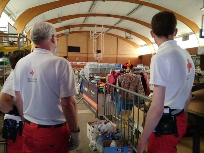 Vrijwilligers van het Rode Kruis aan het werk in Pepinster, hier in de sporthal die nu is ingericht als inzamel- en verdeelpunt van hoofdzakelijk goederen die de basisbehoeften van de getroffen bewoners moeten lenigen.