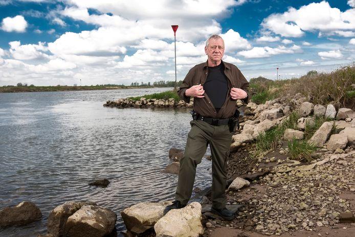 Controleur Theo Wolters, die vooral langs de IJssel bij Wijhe checks uitvoert, heeft het vest vrijwel altijd aan.