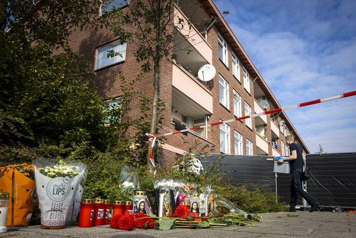 Bloemen in Almelo ter nagedachtenis aan de twee vrouwen die zijn doodgestoken.
