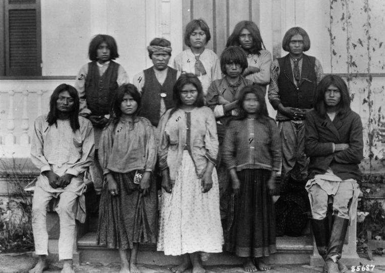 1886:  een groep Chiracahua Apaches op hun eerste dag bij de Carlisle Indian School. Beeld Getty Images