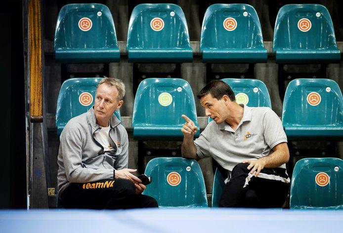 Bram van Bokhoven in gesprek met coach Vincent Wevers (links).