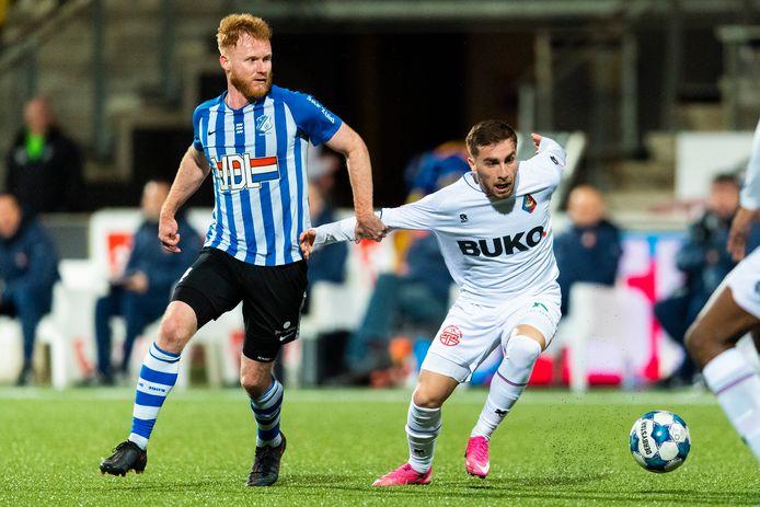 Jort van der Sande (l) van FC Eindhoven in duel met een Telstar-speler.