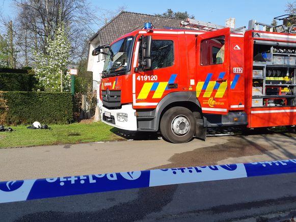 De brandweer begon het vuur meteen te blussen vanaf de twee kanten van de haag.