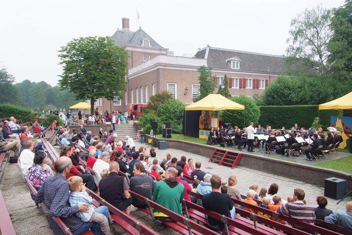 Optreden van het Koninklijk Zeister Harmonie Muziekgezelschap in het Slottuintheater in 2008.
