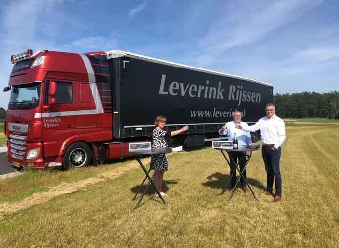 Johan en Marc Leverink heffen samen met burgemeester Anneke Raven het glas op de verkoop van een kleine 1,7 ha bedrijventerrein door de gemeente Hellendoorn aan Leverink Transport.