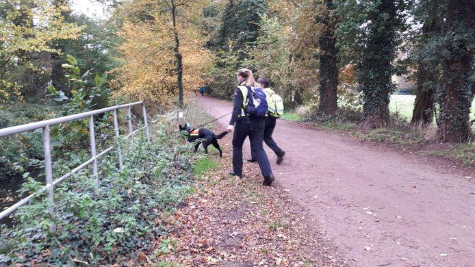 Met honden wordt in het Hilgelo gezocht naar Tim.