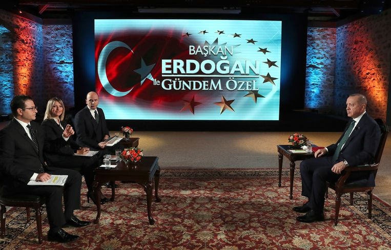 Erdogan (rechts) tijdens het interview. Beeld AP