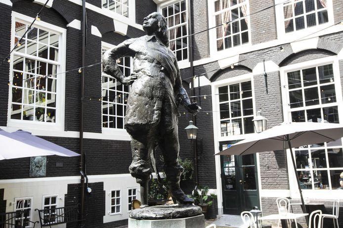 Een standbeeld van Peter Stuyvesant op de binnenplaats van het West Indisch Huis.