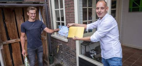 Geslaagden van het Zone.College Borculo krijgen thuis bezoek met gouden enveloppe