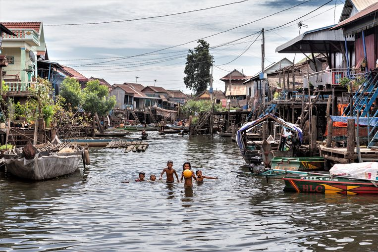 Het dorp Kampong Khleang in het Tonlé Sapmeer. Beeld Wil Thijssen