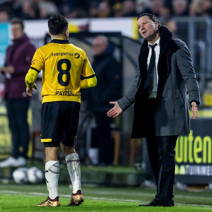 Stijn Vreven spreekt NAC speler Mounir El Allouchi toe