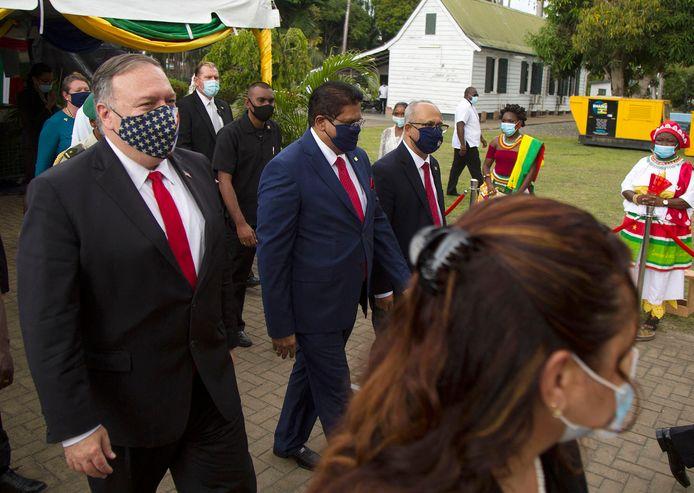 De Amerikaanse ministers Mike Pompeo (links) loopt met Chan Santokhi door Paramaribo