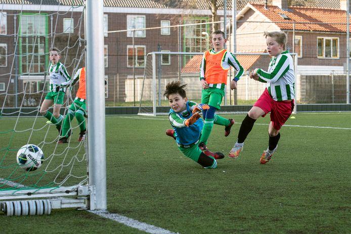 De jeugd van groen-wit is weer blij dat het een onderlinge partij mag spelen.