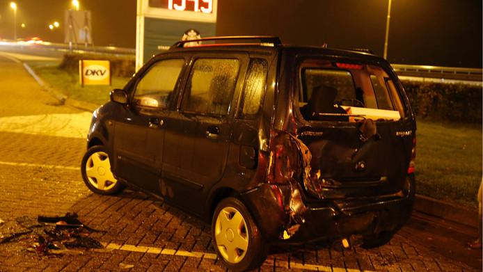 De auto die geramd werd op het terrein van het tankstation.