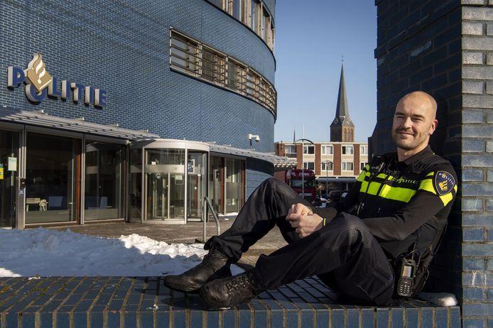 """Niels Euren, de nieuwe wijkagent voor de binnenstad van Hengelo: """"Net als in Almelo staan de mensen hier open voor een gesprek. Dat geldt ook voor de netwerkpartners. Het voelt alsof ik hier al jaren rondloop."""""""
