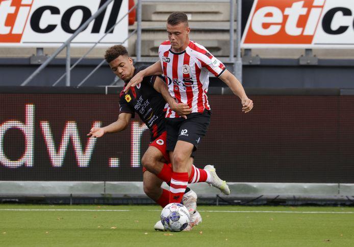 Excelsior-speler Jaimy Buter(l)  probeert Vito van Crooij af te stoppen. De Spartaan scoorde twee keer in de oefenwedstrijd tegen stadgenoot Excelsior.
