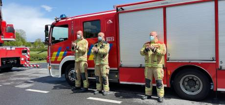 Brandweermannen applaudisseren voor personeel van Brugse ziekenhuizen en laten sirenes loeien