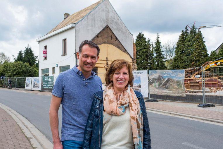 Steven Michiels en Willeke Van Looy voor het voormalige café.