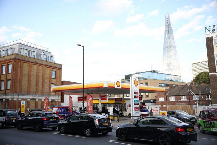 Auto's staan in de rij om te tanken in Londen.
