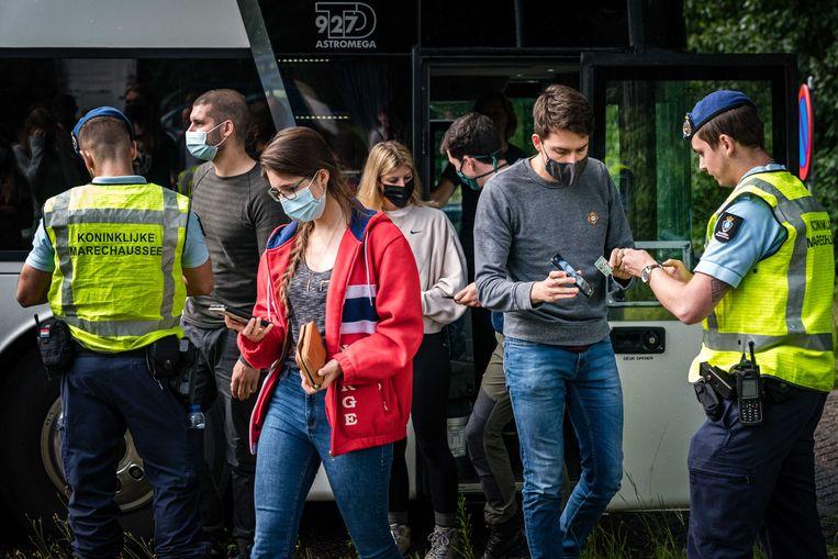 Controle langs de A67 aan de grens met België. Reizigers die vanuit België en Duitsland terug naar Nederland reizen kunnen steekproefsgewijs gecontroleerd worden. Beeld Rob Engelaar/ANP