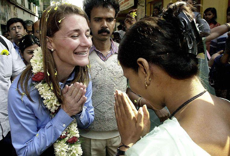 Een Indiase sekswerker begroet Melinda Gates (l) bij een aidspreventiecentrum in Calcutta, 2004. Beeld AFP