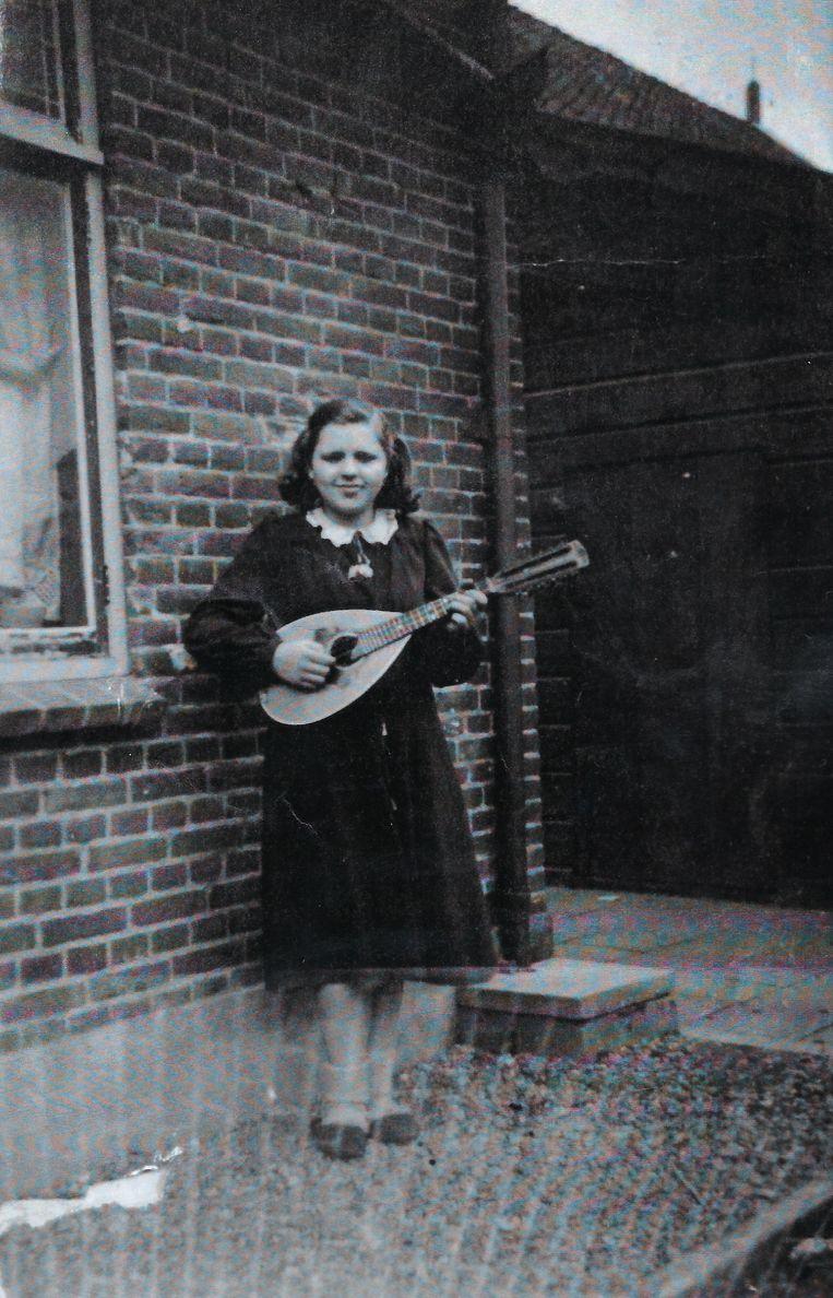 Mien de Rover met mandoline, 16 jaar Beeld