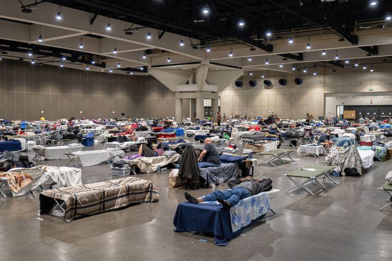 Pakweg duizend veld bedden, op twee meter afstand van elkaar,  in het congescentrum in het centrum van San Diego. Beeld Eline van Nes