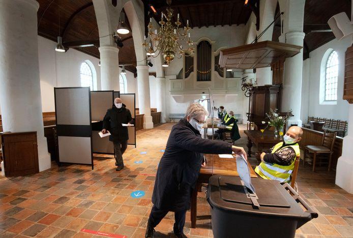 Stemmen in de kerk in Zoelmond.