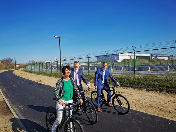 En temps normal, environ 100.000 personnes par jour se rendent à l'aéroport. Mais, pour l'instant, selon le patron, seuls quelques pour cent des travailleurs viennent à l'aéroport à vélo, et Arnaud Feist, le CEO de l'aéroport (au milieu) souhaite voir ce chiffre augmenter.
