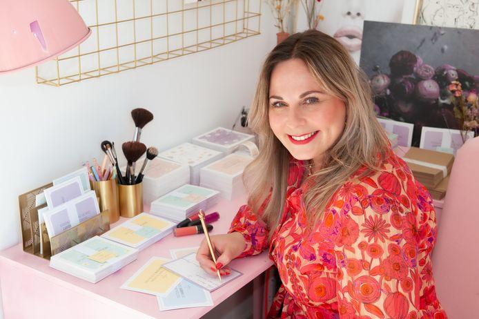 Jacqueline Hoogendijk schrijft kaartjes voor eenzame ouderen.