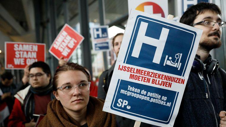 Patiënten en personeel voerden deze week actie tegen de sluiting van het MC Slotervaart en de IJsselmeerziekenhuizen bij het hoofdkantoor van Zilveren Kruis Achmea in Leiden Beeld ANP