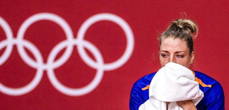 Nycke Groot barst in tranen uit na afloop van het duel tussen Nederland en Frankrijk. Met een kansloze nederlaag is een einde gekomen aan haar interlandloopbaan.  Beeld ANP