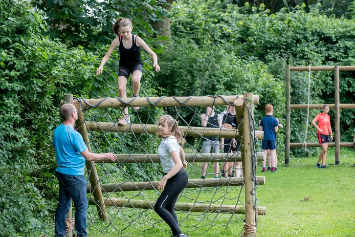 A-junioren van Astylos uit Tiel proberen de nieuwe hindernisbaan uit.