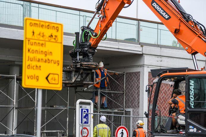 De onderdoorgang van de Koningin Julianabrug bij de Hooftstraat is afgelopen week gestut.