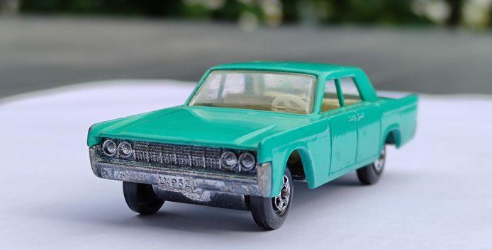 De Lincoln Contintental in een appelblauwzeegroene kleur. Dit is het exemplaar van de Kortrijkse verzamelaar. Hetzelfde model werd op een veiling in London deze week verkocht voor 19.500 euro.