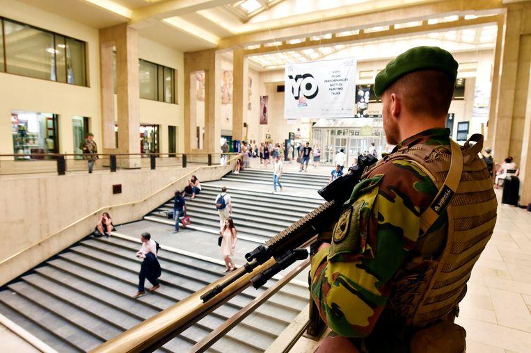 Een militair houdt de wacht in Brussel-Centraal. Beeld REUTERS