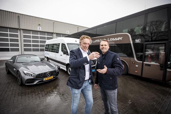 Symbolisch overhandigt Gerbert Luttikhuis (links) de sleutels van een touringcar aan Erwin Brookhuis.