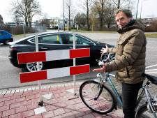 Wat doet dit hek midden op het fietspad in Woerden?