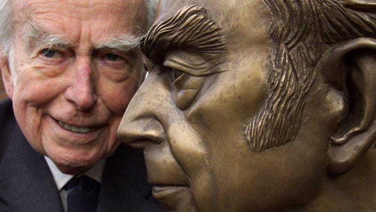 Marten Toonder in 2002 bij zijn eigen standbeeld. Beeld anp