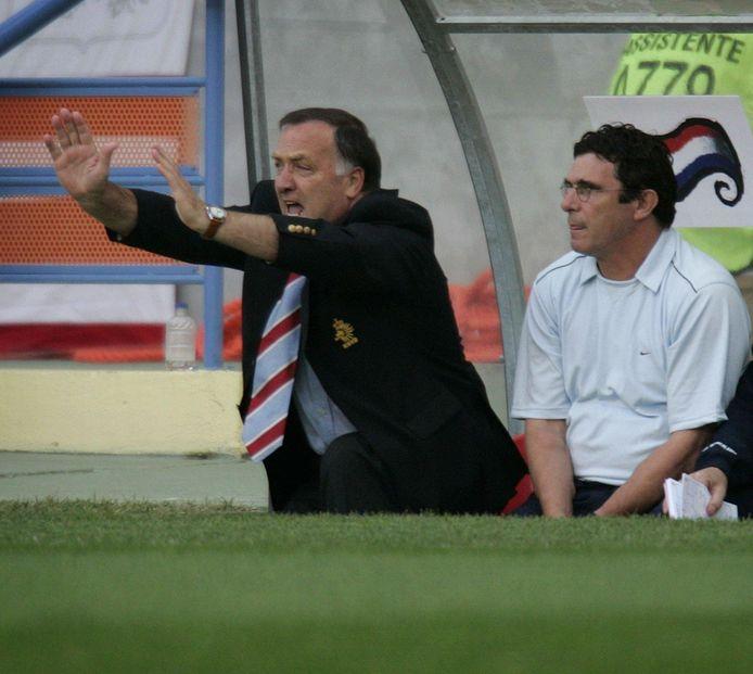 Dick Advocaat op de bank tijdens het duel met Tsjechië, met naast zich zijn assistent Willem van Hanegem. Oranje verloor met 2-3.