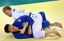 Henk Grol verslaat de Georgiër Levan Zhorzholiani in de strijd om het brons op de Spelen van Peking.